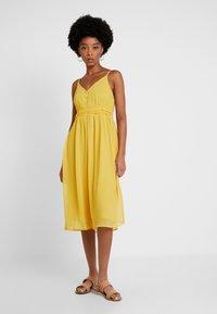Vero Moda - VMMARLYN SINGLET DRESS - Juhlamekko - spicy mustard - 0