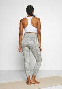 Sweaty Betty - SUPER SCULPT CROPPED YOGA LEGGINGS - Legging - green alert - 2