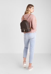 MICHAEL Michael Kors - RHEA ZIP BACK PACK - Reppu - brown - 1