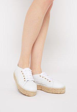 Volnočasové šněrovací boty - white
