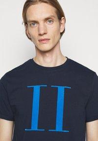 Les Deux - ENCORE  - Print T-shirt - dark navy/parisian blue - 3