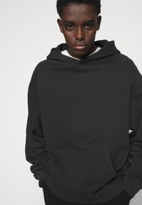 oftt - HEAVYWEIGHT HOODED RAGLAN - Huppari - fade out black - 3