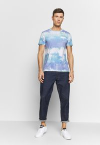 TOM TAILOR DENIM - BATIK  - T-shirt z nadrukiem - multicolor/white - 1
