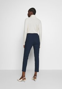 Cortefiel - BASIC SLIM TROUSERS WITH JOGGER WAIST - Pantalones chinos - navy - 2