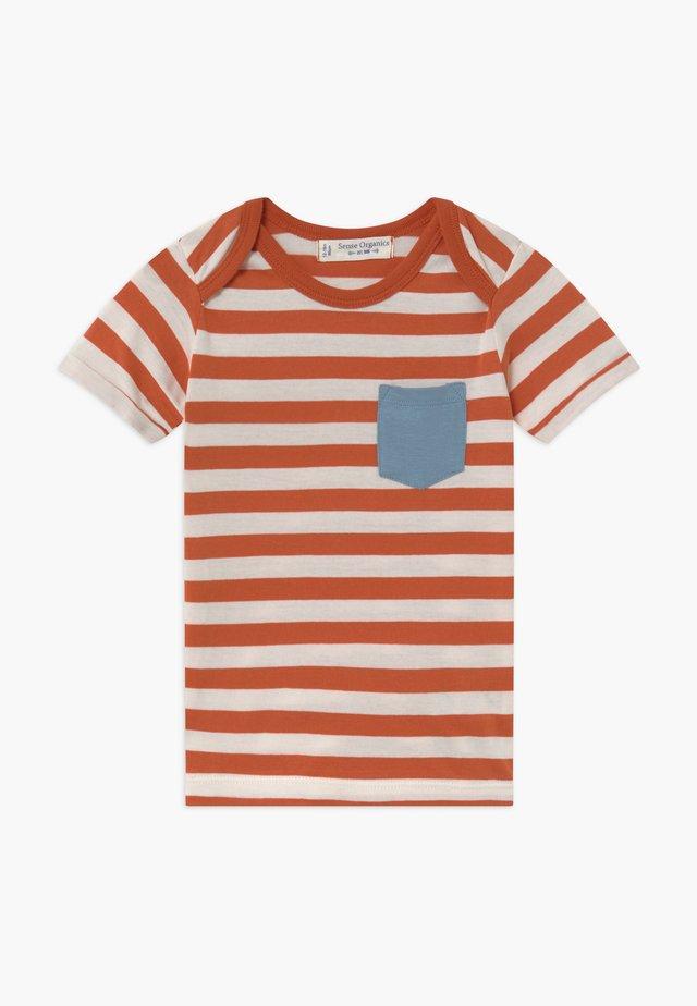 TOBI BABY - Print T-shirt - rusty orange