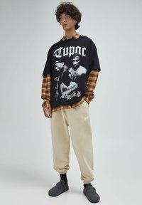 PULL&BEAR - T-shirt con stampa - mottled black - 1