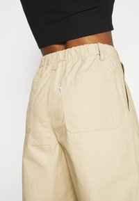 Levi's® - UTILITY PLEATED BALLOON - Trousers - crisp - 6