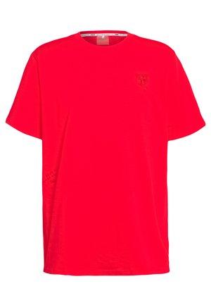HOOPS TEE - T-shirt z nadrukiem - high risk red