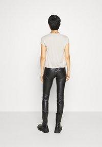 Calvin Klein Jeans - DRAPEY CAP SLEEVE  - Basic T-shirt - soft cream - 2
