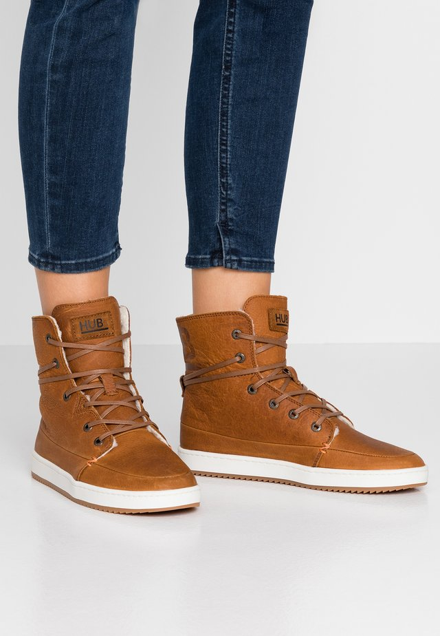 CHESS  - Sneakers hoog - cognac/offwhite