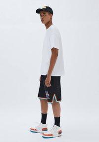 PULL&BEAR - BASKETBALL  SPACE JAM - Sports shorts - mottled black - 4