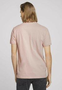 TOM TAILOR DENIM - MIT STREHKRAGEN - Basic T-shirt - soft peach skin - 2