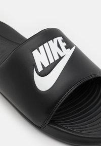 Nike Sportswear - VICTORI ONE SLIDE - Sandaler - black/white - 5