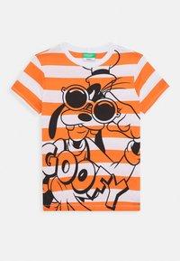 Benetton - T-shirt z nadrukiem - orange/off-white - 0