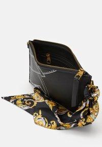 Versace Jeans Couture - CROSSBODY FLATCUCITURE PRINT - Borsa a tracolla - nero - 5