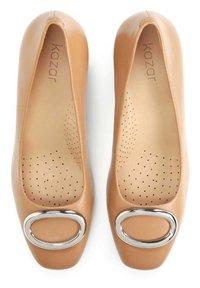 Kazar - GAURA - Classic heels - light brown - 3