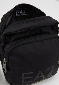 EA7 Emporio Armani - Across body bag - nero - 4