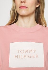 Tommy Hilfiger - RELAXED BOX  - Sweatshirt - soothing pink - 3