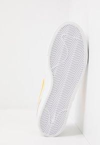 Nike SB - ZOOM JANOSKI - Instappers - summit white/university gold/black - 4