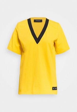 TECH TEE - Print T-shirt - stowaway yellow