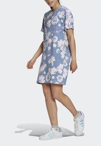 adidas Originals - ORIGINALS GRAPHICS DRESS RELAXED - Vestido ligero - multicolour - 4