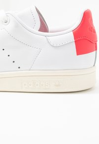 adidas Originals - STAN SMITH HEEL PATCH SHOES - Sneakers basse - footwear white/shock red - 2