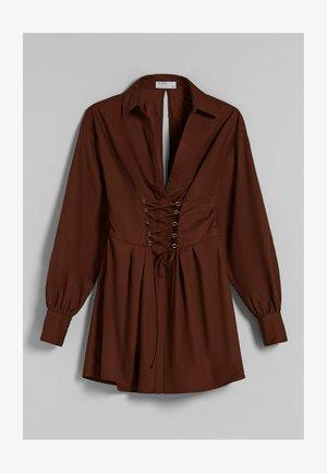 MIT SCHNÜRUNG - Skjortklänning - brown