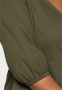 Vero Moda Curve - VMHENNA 3/4 WRAP SHORT DRESS - Denimové šaty - ivy green - 4
