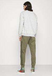Nike Sportswear - AIR - Pantalon de survêtement - medium olive/cargo khaki/white - 2