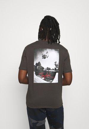 NYJAH UNISEX - T-shirt con stampa - raven