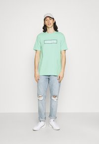 adidas Originals - LINEAR LOGO TEE - Camiseta estampada - clear mint - 1