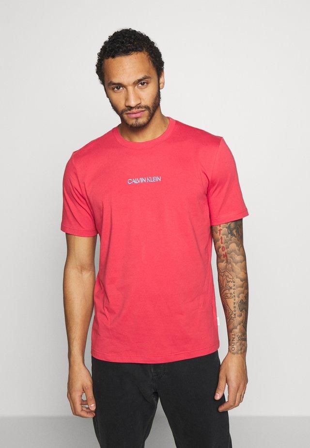 SHADOW LOGO  - Print T-shirt - red