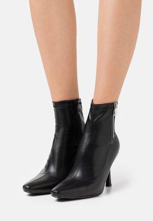 WIDE FIT RUBINA - Kotníkové boty - black