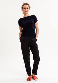 UVR Berlin - Trousers - schwarz - 1