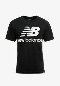 New Balance - ESSENTIALS STACKED LOGO  - Print T-shirt - black - 4