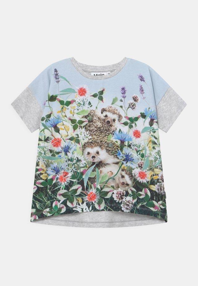 RAEESA - T-shirt med print - light blue