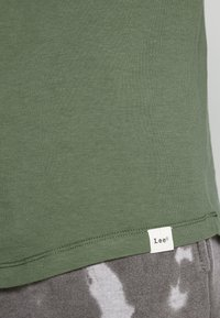 Lee - SHAPED TEE - T-shirt imprimé - utility green - 5