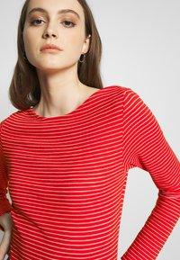 Vero Moda - VMGERI BOATNECK - Camiseta de manga larga - high risk red - 4