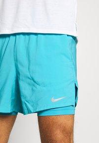 Nike Performance - STRIDE SHORT - Sportovní kraťasy - chlorine blue/silver - 3
