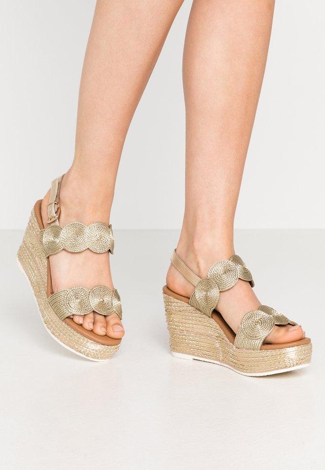 Korolliset sandaalit - platinum