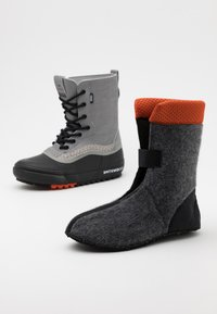 Vans - STANDARD MTE UNISEX - Winter boots - gray/black - 5