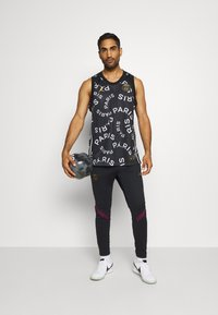 Nike Performance - PARIS ST GERMAIN - Pantalones deportivos - black/bordeaux/truly gold - 1