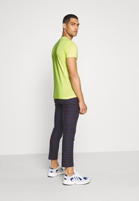 Calvin Klein Jeans - INSTITUTIONAL COLLAR LOGO - Triko s potiskem - safety yellow - 2