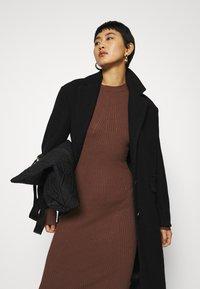 Zign - Pouzdrové šaty - dark brown - 3