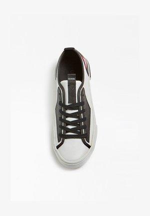 GUESS SNEAKER NETTUNO - Sneakers basse - weiß