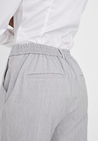 Vero Moda - VMMAYA LOOSE SOLID PANT  - Broek - light grey melange - 3