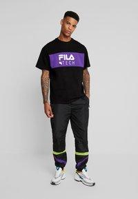 Fila - RENZ HEAVY TEE - T-shirt med print - black/tillandsia purple - 1