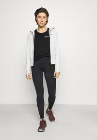 Icebreaker - TECH LITE LOW CREWE GROWERS CLUB - T-shirt con stampa - black - 1