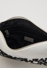 Versace Jeans Couture - PATENT POUCH ON STRAP LOGO - Clutch - white - 5