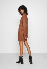 Missguided - ROLL NECK BASIC DRESS - Pletené šaty - mocha - 3